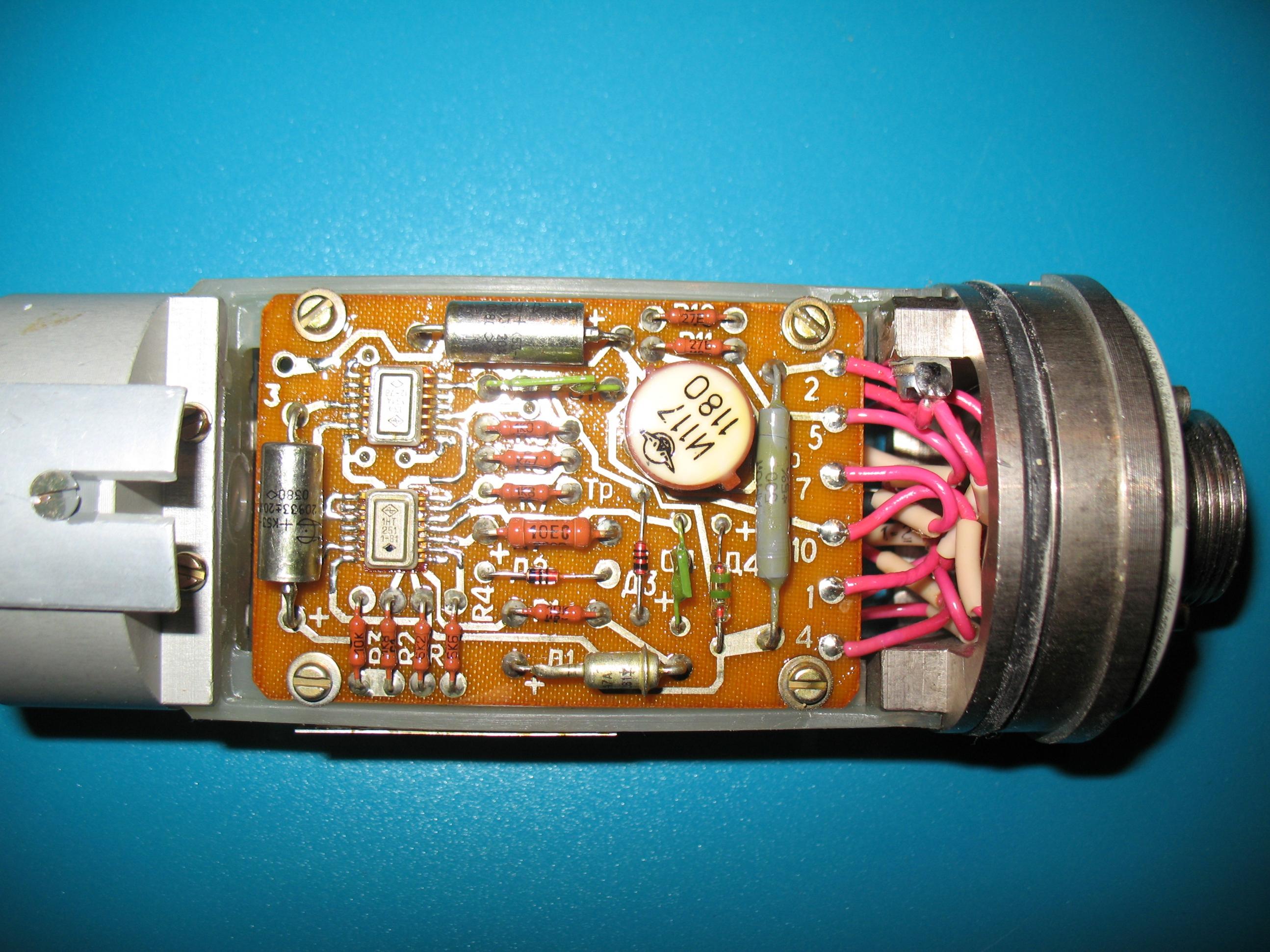 Помогите определить назначение устройства Внутри БД находится счётчик в частности СБМ 20 контрольный источник Т 17 и плата для обработки импульсов со счётчика если не разбирать сам контрольный